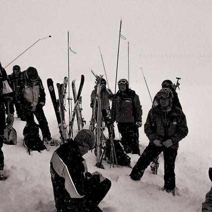 Connaissances de la neige, du manteau neigeux et des influences de la météo, évaluation du danger d'avalanches, mesures de protection et mesures préventives, formation avec l'appareil de recherche de victimes d'avalanches (DVA, niveau avancés), formation de RISA (responsable d'intervention sur le site de l'accident), conduite d'un groupe d'intervention, premiers secours auprès des victimes d'avalanches et exemples d'actions de sauvetage.